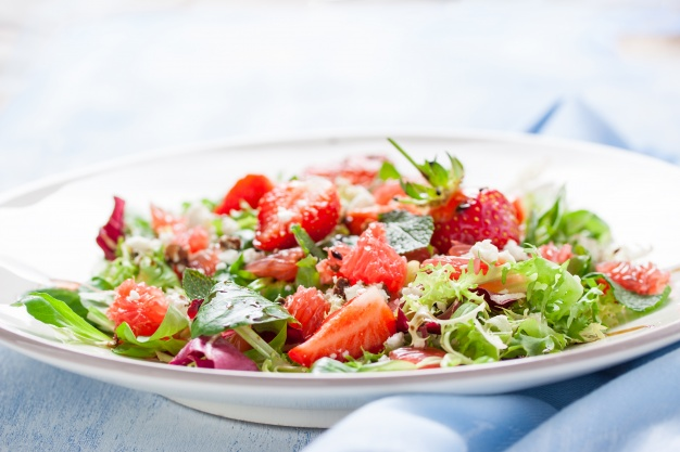 tasty-salad-with-strawberries_1220-322